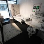 Blick in das Wohnzimmer der nach gebauten Papp-Wohnung. Ausstellungsbeitrag vom Jugendladen Bornheim. Foto: hmf, U. Dettmar