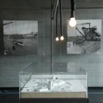 Historische Aufnahmen von der Hafeneinweihung 1912 und ein Modell der im Bau befindlichen Neuen Mainbrücke. Foto: hmf, U. Dettmar