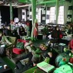 Während der Vorbereitungen: Zweites Treffen der Ausstellungsteilnehmer im Atelier des Jugendladen Bornheims in der Naxoshalle. Foto: Alexander Otto